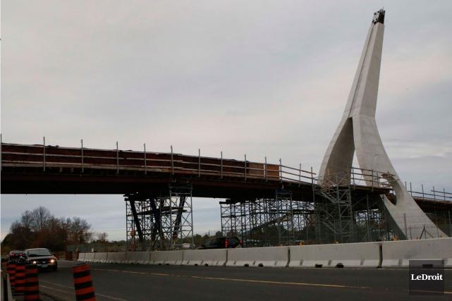 La construction du pont piétonnier devait être complétée... (Archives, LeDroit)