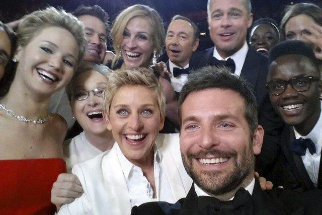 Le «selfie» a réuni autour de l'animatrice des... (Photo Ellen DeGeneres, AP)