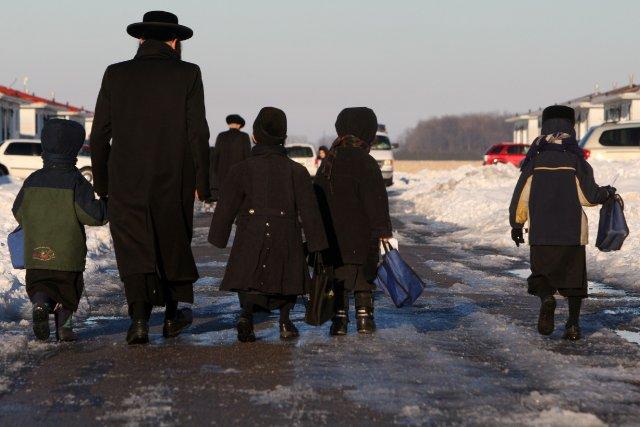 Des membres de cette communauté religieuse ultra-orthodoxe juive... (Photo Dave Chidley, La Presse Canadienne)