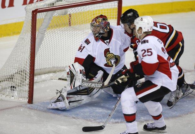 Un but deMarkus Granlund des Flames de Calgary... (Photo Jeff McIntosh, PC)