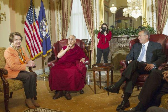 Le dalaï-lama en compagnie de la chef des... (PHOTO JIM WATSON, REUTERS)