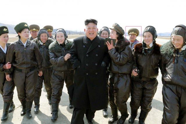 La photo montre Choe accompagnant le jeune dirigeant,... (PHOTO AFP/KCNA)