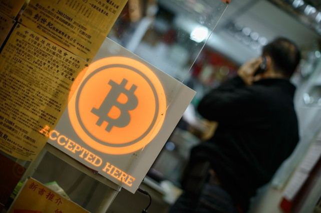 Le bitcoin est une monnaie virtuelle créée en... (Photo PHILIPPE LOPEZ, AFP)