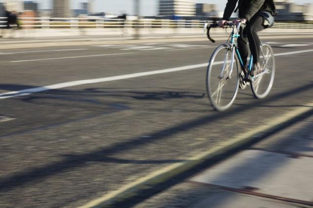 Est-on plus exposé à la pollution de l'air assis sur sa selle de vélo, derrière... (Photo Digital/Thinkstock)