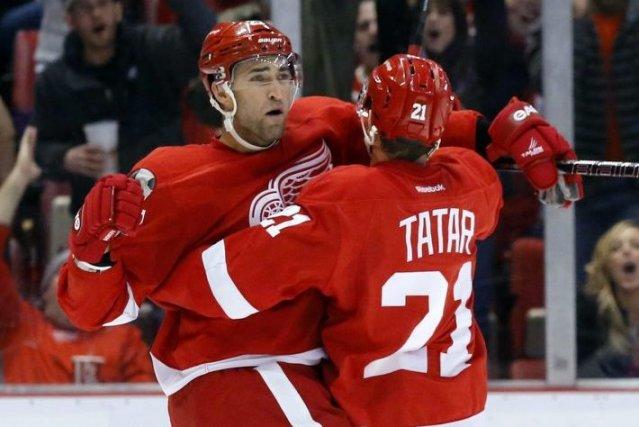 Kyle Quincey célèbre son but avec Tomas Tatar... (Duane Burleson)