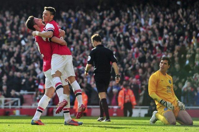 Olivier Giroud et Mesut Ozil célèbrent un but... (PHOTO GLYN KIRK, AFP)