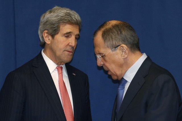 Le secrétaire d'État John Kerry converse avec son... (Photo Kevin Lamarque, Reuters)