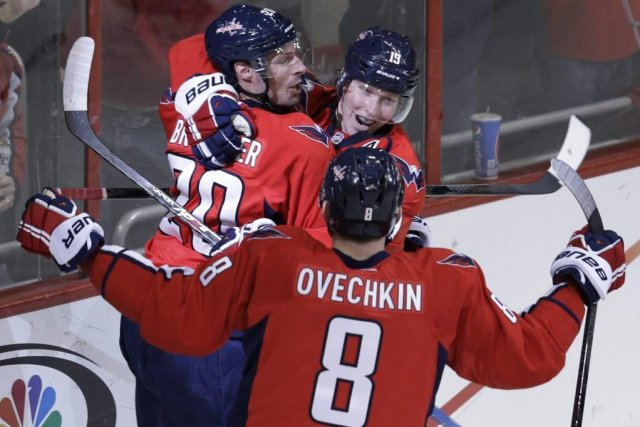 Troy Brouwer (20), Nicklas Backstrom (19) et Alex... (PHOTO CAROLYN KASTER, AP)