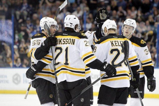 Les joueurs des Bruins félicitent Johnny Boychuk (55)... (PHOTO KIM KLEMENT, USA TODAY)
