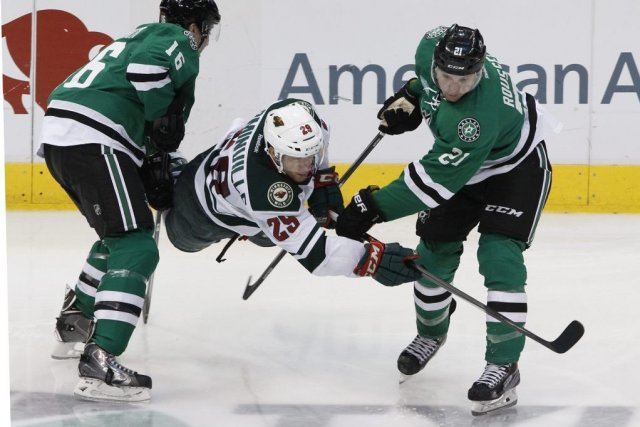 Ryan Garbutt (16) et Antoine Roussel (21) s'assurent... (PHOTO RICHARD W. RODRIGUEZ, AP)