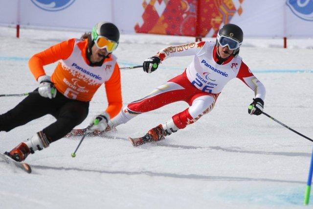 Le Canadien Mac Marcoux, à la droite de... (Photo Dmitry Lovetsky, AP)