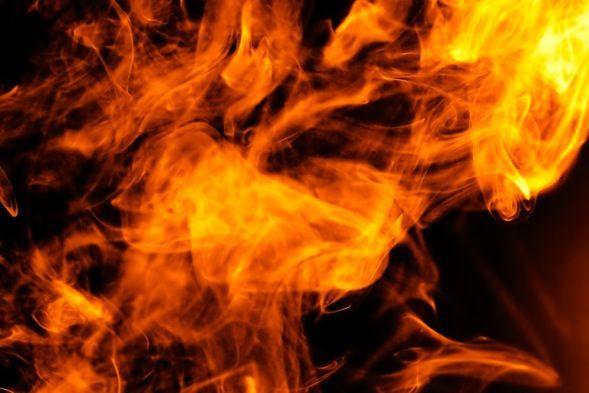 Un incendie fait actuellement rage sur la rue de l'Hôtel-de-Ville, à...