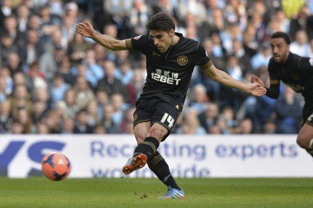 Jordi Gomez a transformé un penalty pour Wigan... (Photo Paul Ellis, AFP)