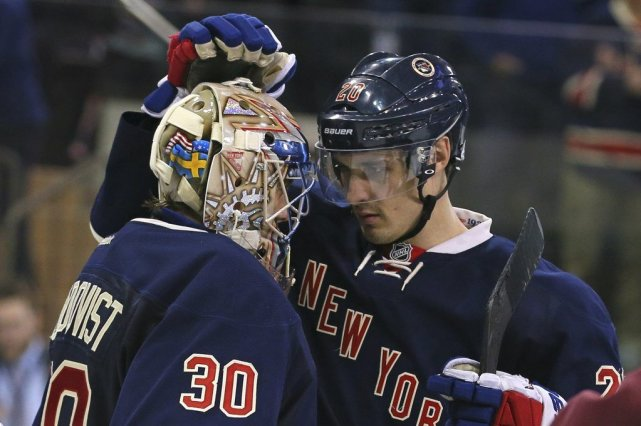 Chris Kreider (20), auteur de deux buts, félicite... (PHOTO ADAM HUNGER, USA TODAY)