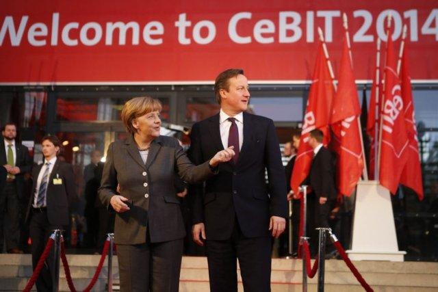 La chancelière allemandeAngela Merkel etle premier ministre britanniqueDavid... (PHOTO FABRIZIO BENSCH, REUTERS)