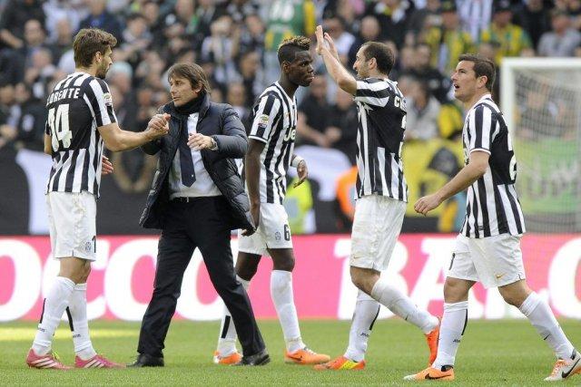 L'entraîneur Antonio Conte se réjouit avec ses joueurs... (PHOTO GIORGIO PEROTTINO, REUTERS)
