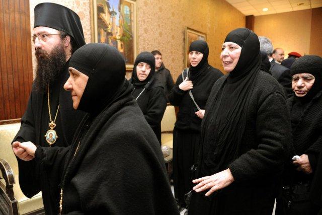 Vêtues de leur traditionnel habit noir, elles sont... (PHOTO AP/SANA)