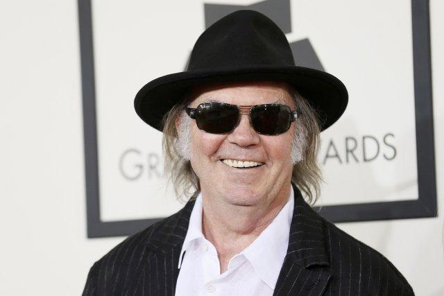 Le chanteur et guitariste canadien Neil Young... (Photo DANNY MOLOSHOK, Reuters)