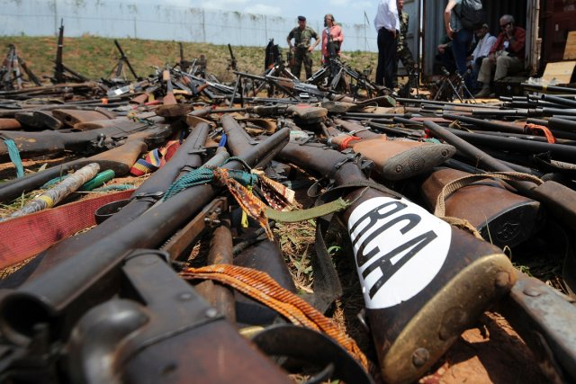 Des armes confisquées par les forces françaises aux... (PHOTO SIA KAMBOU, ARCHIVES AFP)