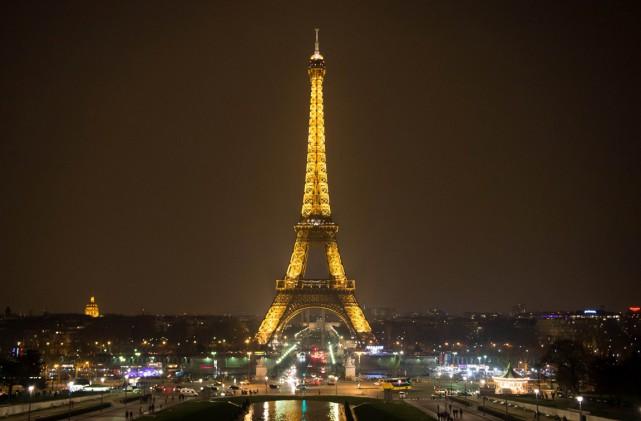 1889 - La tour Eiffel est inaugurée à Paris. (PHOTO BERTRAND LANGLOIS, AFP)