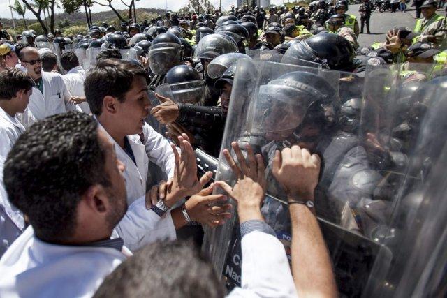Les médecins manifestaient lundi et tentaient d'atteindre le... (Photo Alejandro Cegarra, AP)