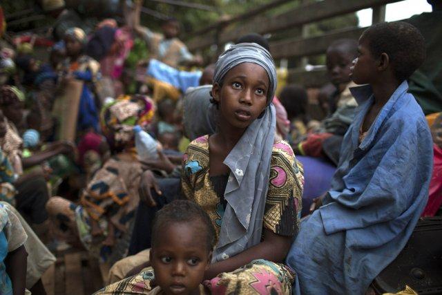 Une fillette est assise à l'arrière d'un camion... (Photo Siegfried Modola, Reuters)