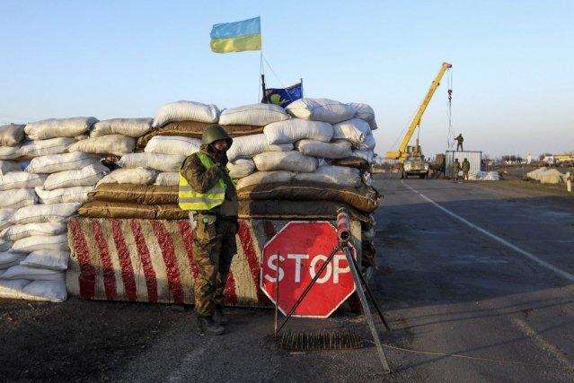 Un soldat ukrainien posté à Salkovo près de... (PHOTO REUTERS)