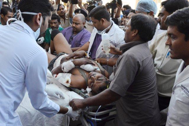 Plusieurs blessés ont été transportés par les airs... (PHOTO AFP/STR)