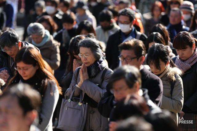 Trois ans: mardi à 14h46, les Japonais ont observé une minute de silence pour... (PHOTO EUGENE HOSHIKO, AP)