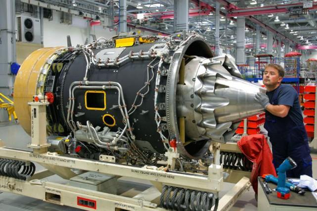 Un employé assemble un moteur dans une usine... (Photo acrhives Bloomberg)