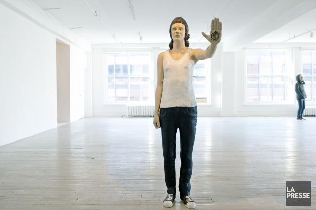 C'est d'abord par l'oeuvre Jeune poète tatoué, statue... (Photo: Robert Skinner, La Presse)