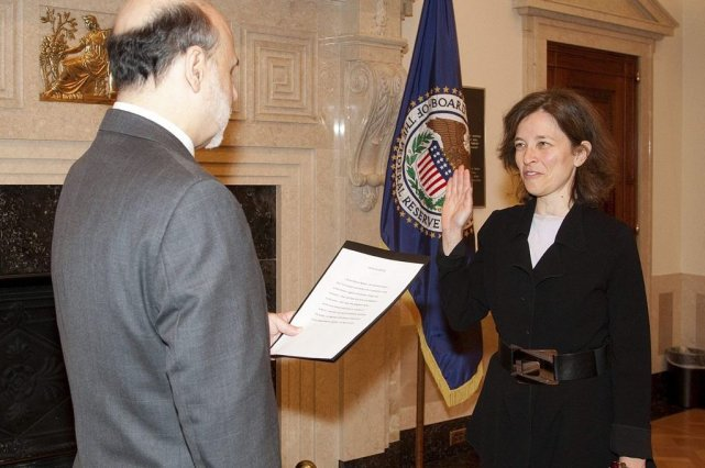 Sarah Raskin en 2010, lors de son assermentation... (Photo Britt Leckman, REUTERS/U.S. Federal Reserve)