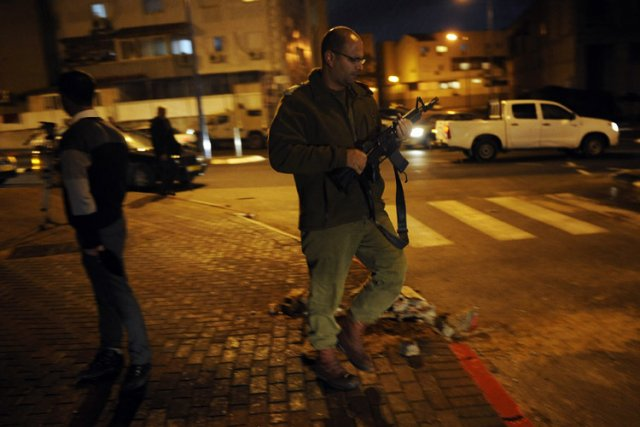 Un soldat israélien près du site d'une explosion... (Photo: AFP)