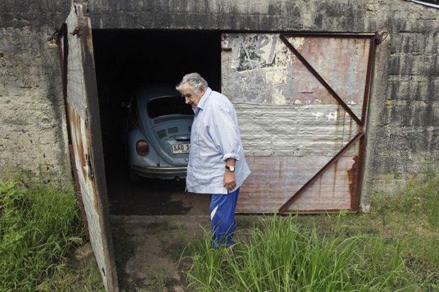 Le président uruguayen Jose Mujica devant le garage... (Photo: Reuters)