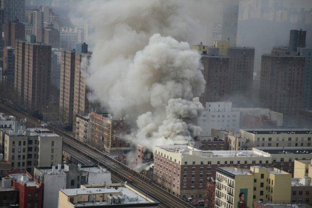 Quelque 250 pompiers étaient à pied d'oeuvre pour... (Photo: Reuters)