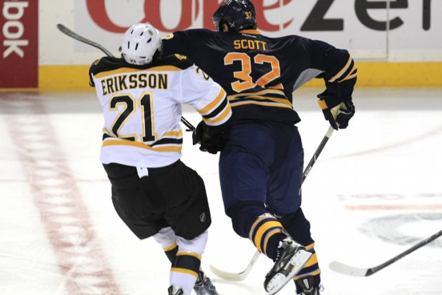 Loui Eriksson, des Bruins, a subi une commotion... (Photo: AP)