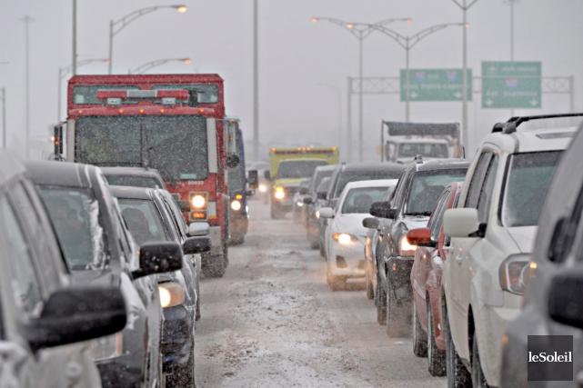 Les conditions climatiques ont rendu la chaussée glissante... (Photothèque Le Soleil, Pascal Ratthé)