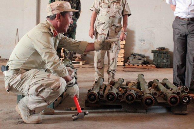 Un militaire libyen neutralise des missiles SA-7.... (Photo archives AFP)