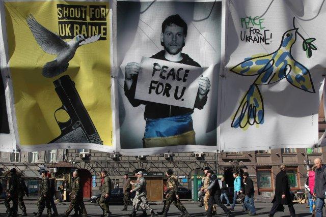 Des affiches anti-guerre en Ukraine... (Photo ANATOLII STEPANOV, AFP)