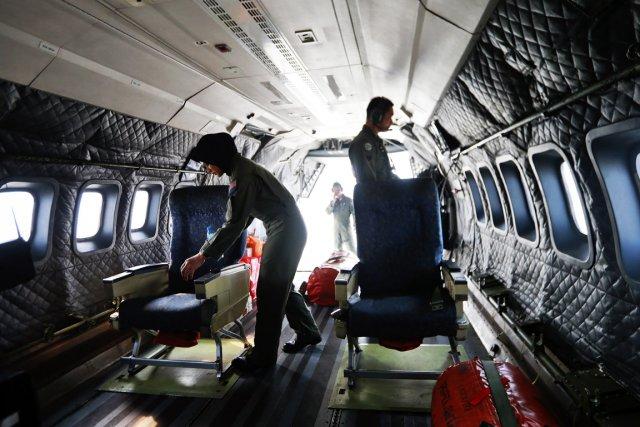 Des membres d'équipage d'un avion des forces armées... (PHOTO SAMSUL SAID, REUTERS)
