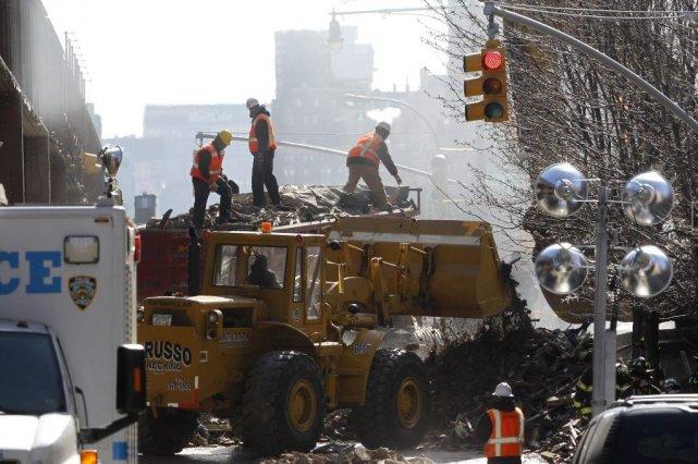 Des débris sont retirés sur le lieu de... (Photo Julio Cortez, AP)