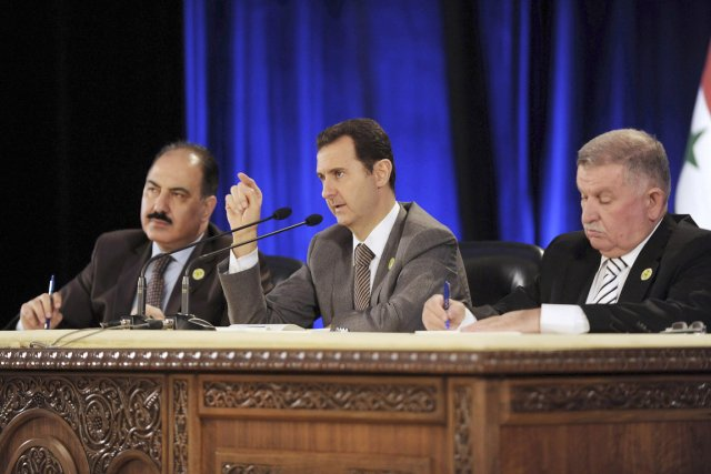 Le président syrien Bachar al-Assad (au centre) s'exprime... (PHOTO REUTERS/SANA)