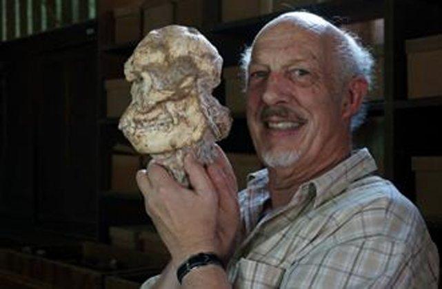 Le paléontologue sud-africain Ron Clarke etLittle Foot.... (PHOTO TIRÉE DE TWITTER)