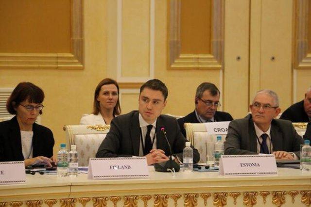 Taavi Roivas, au centre,est considéré comme un homme... (PHOTO TIRÉE DE TWITTER)