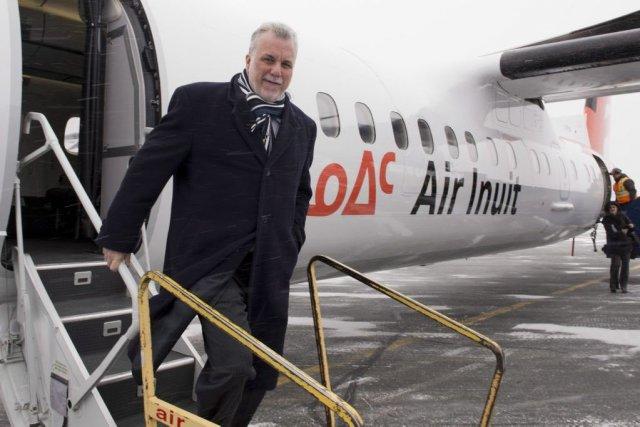 Philippe Couillard à son arrivée à Val-d'Or.... (Photo Jacques Boissinot, La Presse Canadienne)