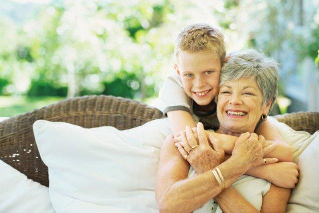 Les grands-mères qui s'occupent de leurs petits-enfants une journée par semaine... (PHOTOS.COM)