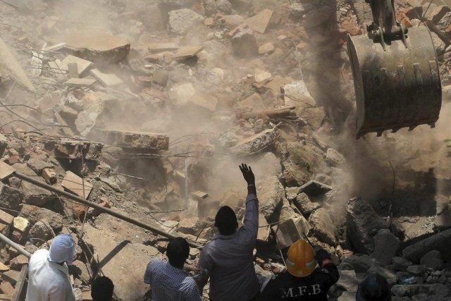 Les secouristes ont dégagé sept corps des décombres,... (Photo Rafiq Maqbool, AP)