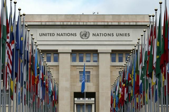 Drapeaux flottant devant le quartier général de l'ONU... (Photo Denis Balibouse, Reuters)