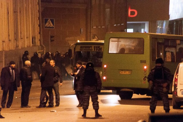 Des policiers ukrainiens scellent l'entrée du quartier général... (PHOTO SERGEY BOBOK, AFP)