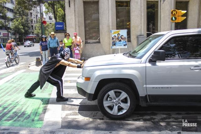 Peatónito, un superhéros qui défend les piétons de... (Photo La Presse)